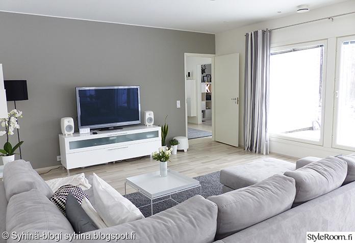Olohuoneen Sohva : Harmaa sohva,kulmasohva,raitaverhot,genelec,moderni,valkoinen tv-taso ...