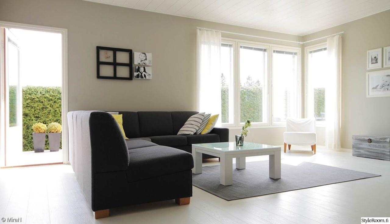 Olohuoneen Sohva : Vaalea olohuone,harmaa sohva,valkoinen lattia,valkoiset verhot,moderni ...