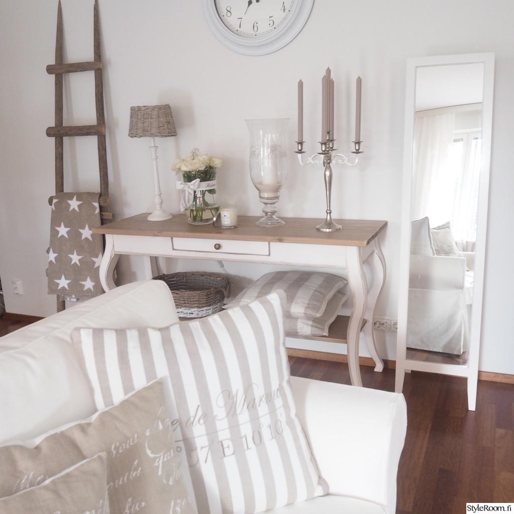 Olohuoneen Sohva : ... sohva,hopeamalja,tekokukka,sivupöytä,olohuoneen sisustus,olohuoneen
