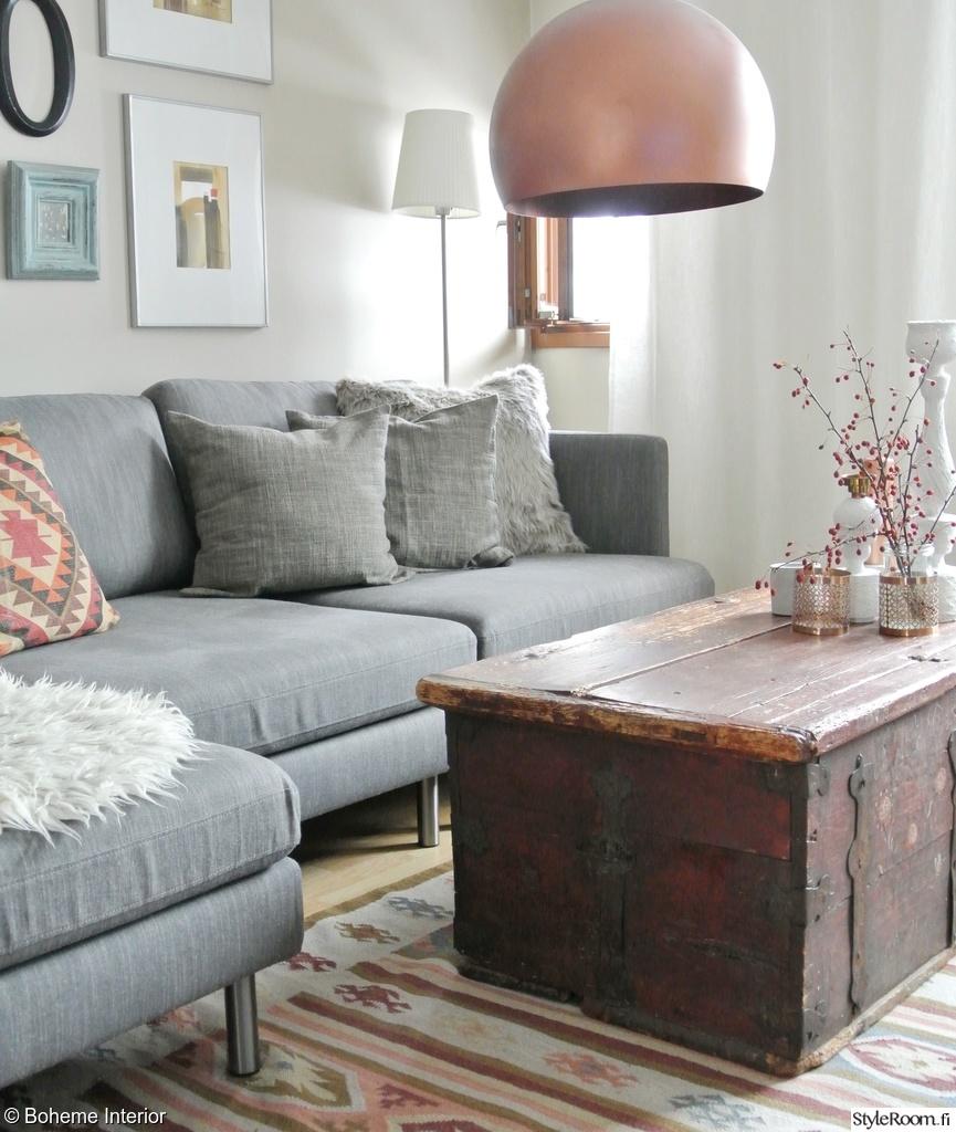 Olohuoneen Sohva : Harmaa sohva,kelim matto,kuparivalaisin,arkkupöytä,tauluseinä ...