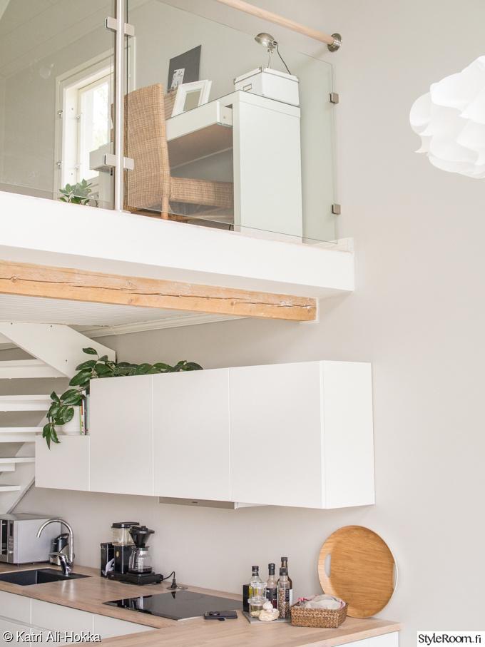 Valkoinen moderni keittiö kumppaneinaan puuliesi ja lautalattiat  Sisustusku