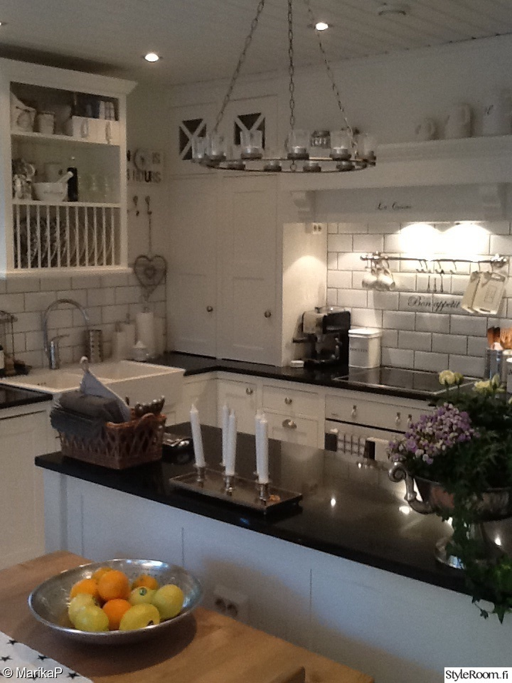 romanttinen,valkoinen,keittiönkaapit,keittiö,remontti,mustat kivitasot,rivier
