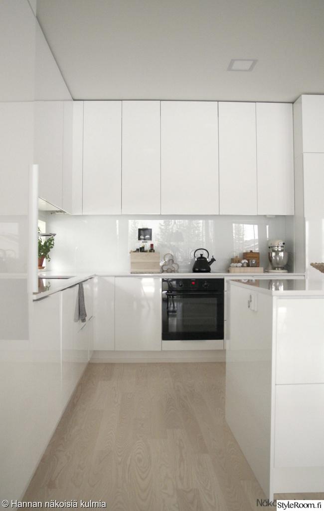 Valkoinen keittiö  Sisustuskuvia jäseneltä nakoisiakulmia  StyleRoom