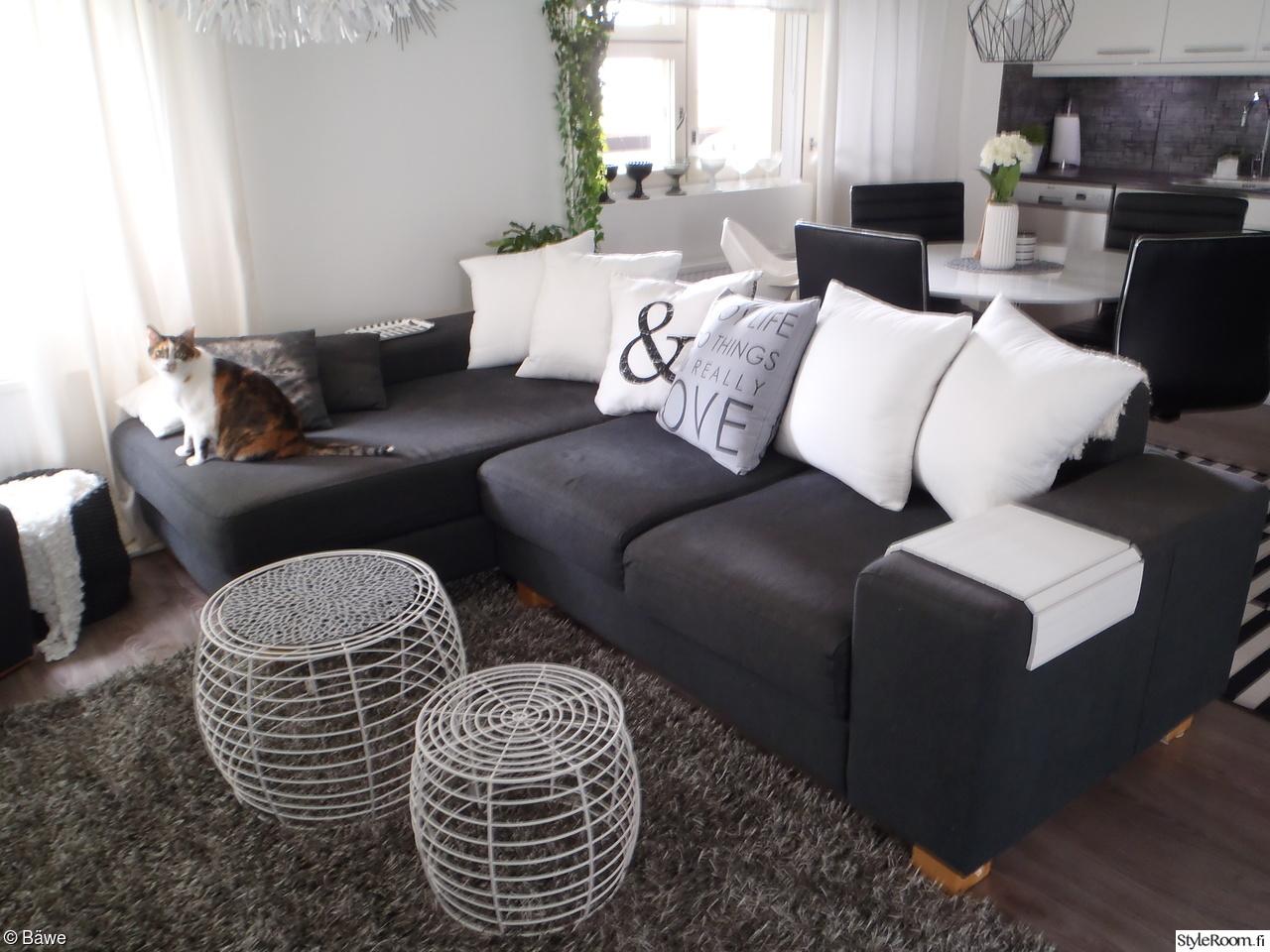 Olohuone ja harmaa sohva