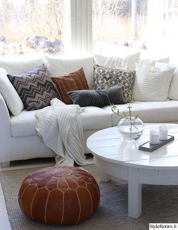 Olohuoneen Sohva : Marokkolainen pouf,valkoinen sohva,puupöytä,pyöreä lasimaljakko ...
