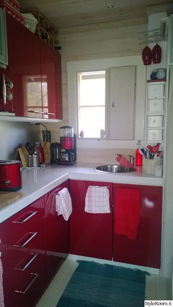 punainen,keittiö,mökki,mökin sisustus,mökin keittiö,punainen keittiö,valkoine
