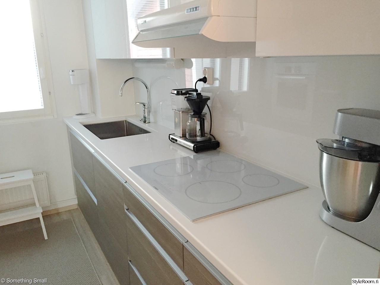 Valkoinen moderni keittiö luonnon sävyillä  Sisustuskuvia