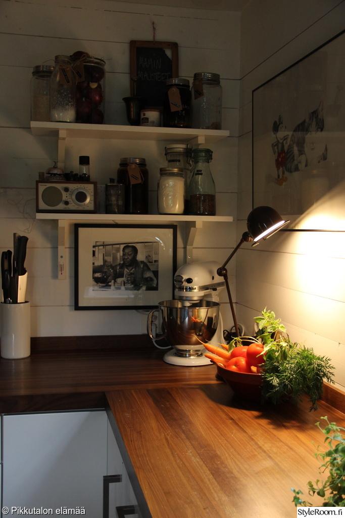työvalo,jieldé lamppu,keittiö,keittiön tasot,keittiön pikkutavarat
