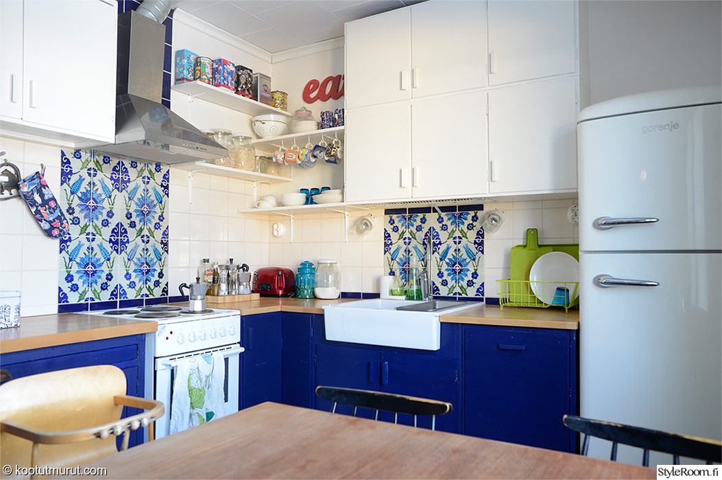 keittiö,keittiönkaapit,avohylly,välitila,laatta,tiskiallas