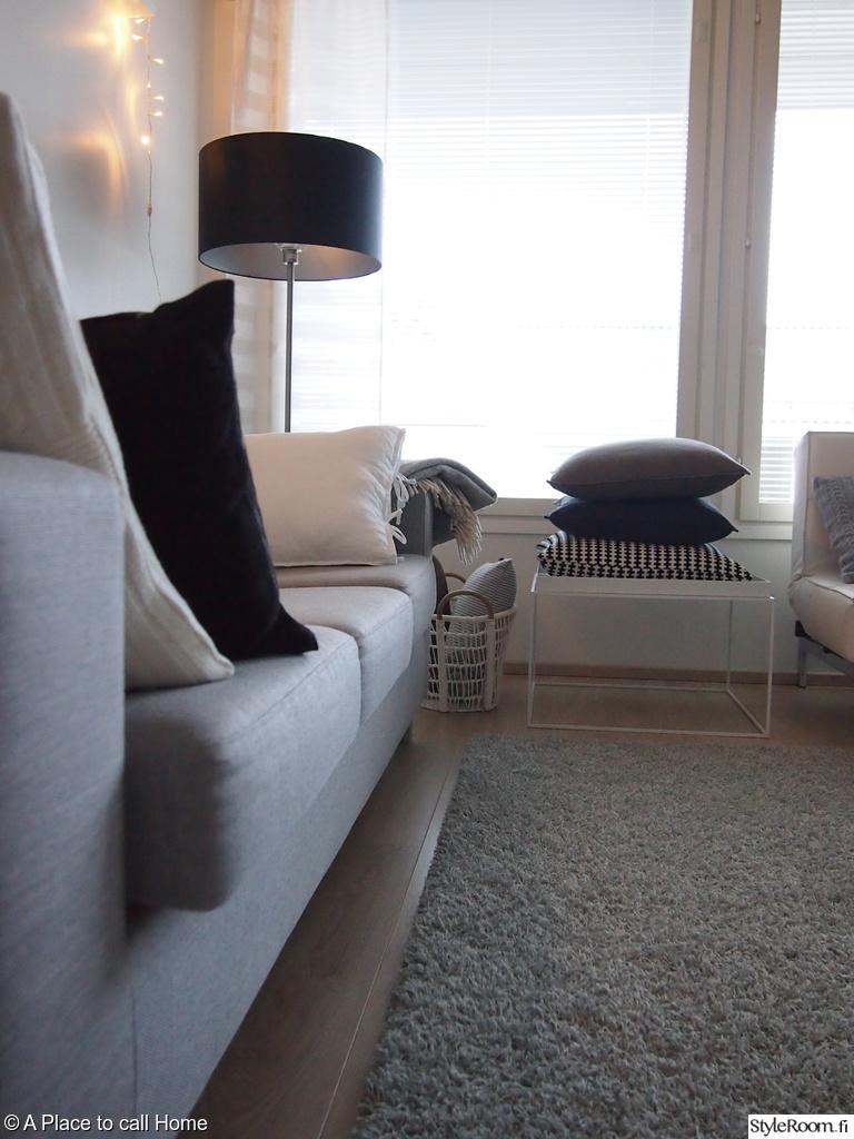 Olohuoneen Sohva : ... kori,hay tray,harmaa sohva,splitback,lattiavalaisin,design by frandsen