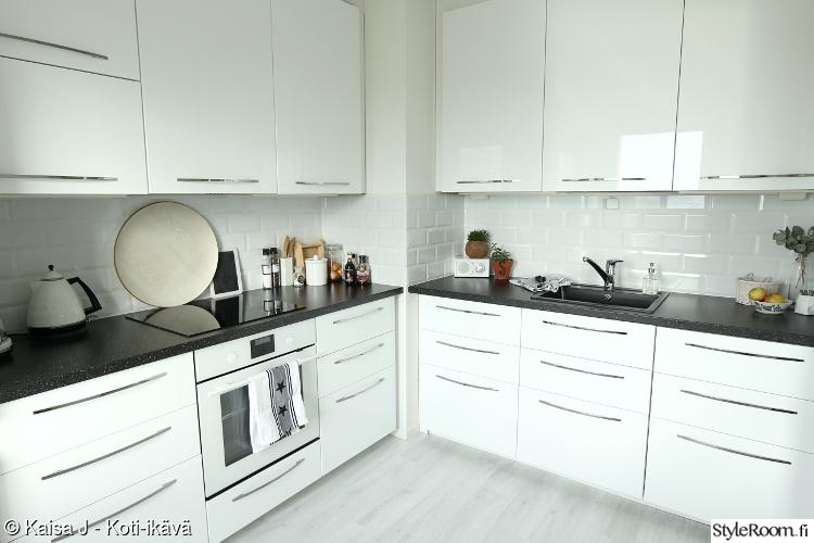 keittiö,ikea,valkoinen keittiö,keittiön välitila,ikea keittiö