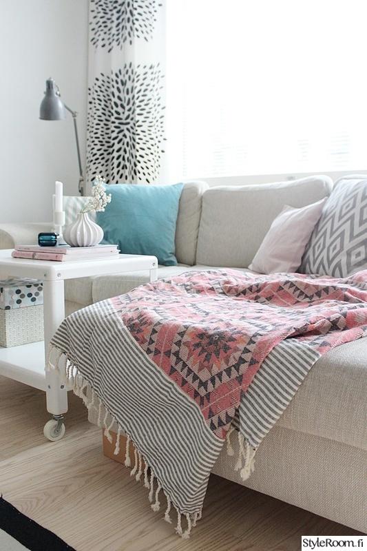 olohuone,vaalea,vaaleanpunainen,sohva,sohvapöytä
