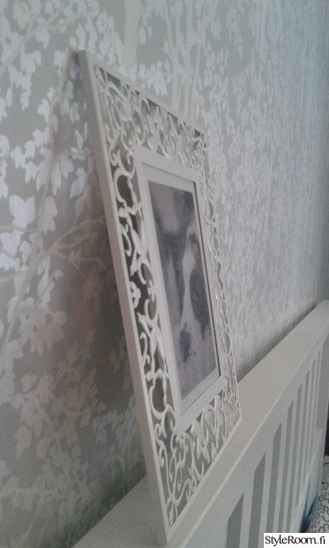 makuuhuone,tapetti,harmaa,valkoinen sänky