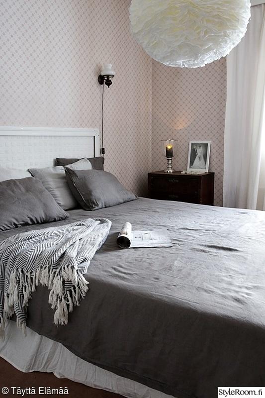 makuuhuone,sänky,tapetti,huopa,pellavalakanat