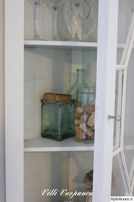 Kuva vitriinikaappi  Valkoisen talon keittiö  VilliVarpunen