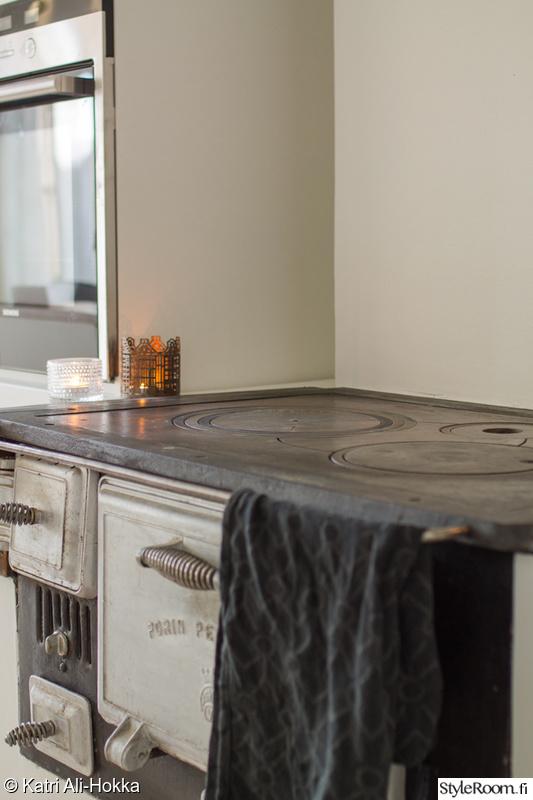 Bild på keittiö  Valkoinen moderni keittiö kumppaneinaan puuliesi ja lautala