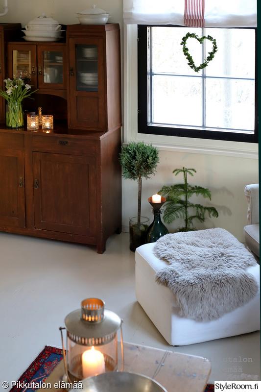 olohuone,viherkasvit,talonpoikainen,lampaantalja,vanha astiakaappi