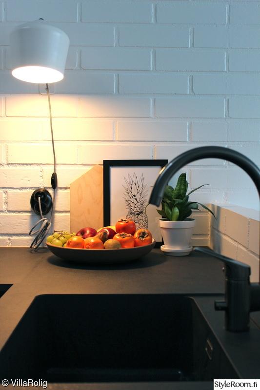 Bild på musta keittiö  Valoisa keittiö av VillaRolig