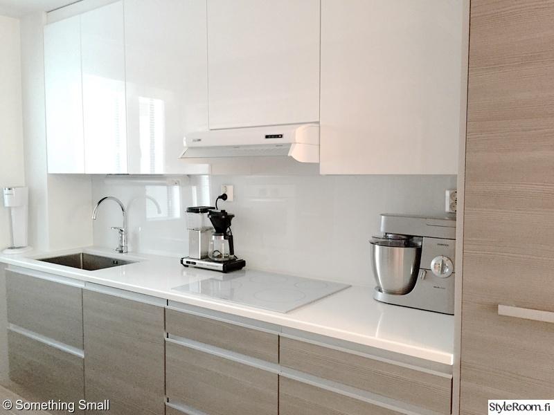 Valkoinen moderni keittiö luonnon sävyillä  Sisustuskuvia jäseneltä Somethin
