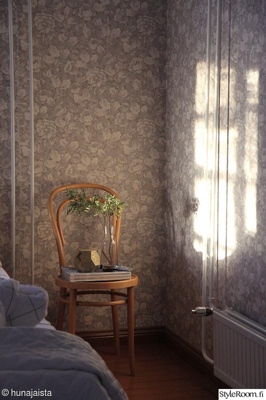 makuuhuone,ruusutapetti