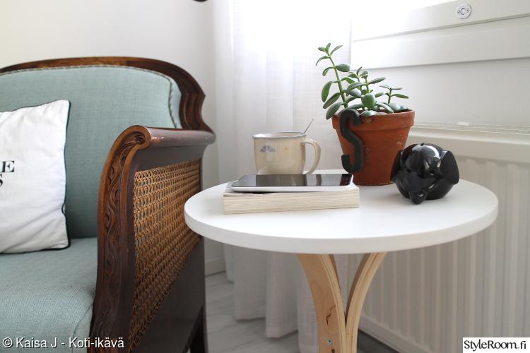 nojatuoli,pikkupöytä,lukunurkkaus