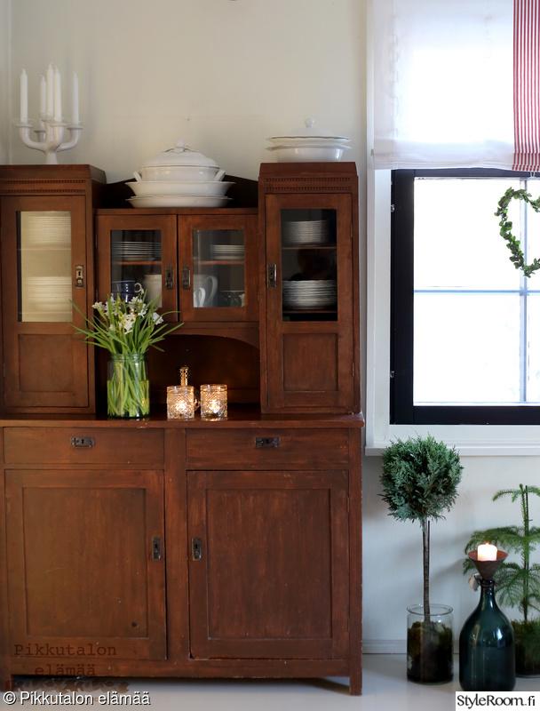 viherkasvit,vanha astiakaappi,kynttilälyhdyt,kristallilasit,vanhat arabian astiat