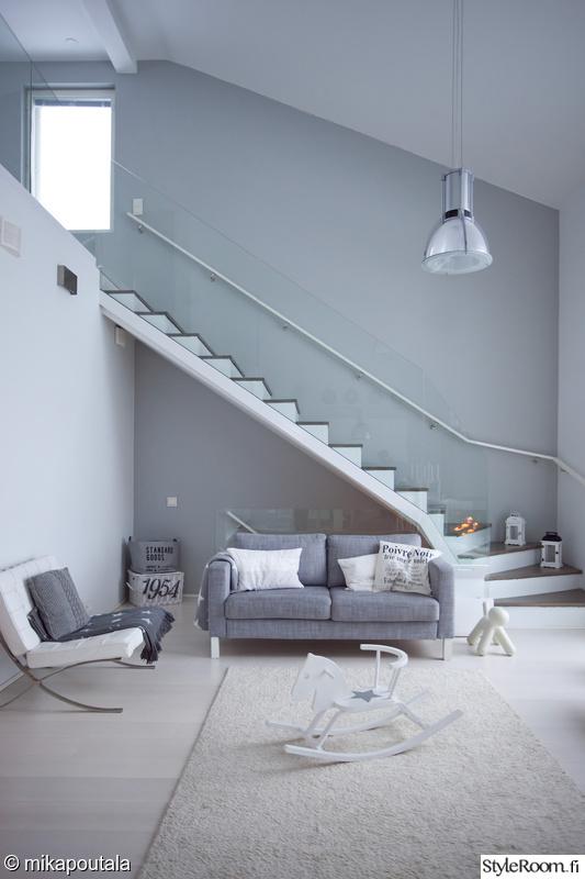 portaat,portaikko,olohuone,sohva,harmaa