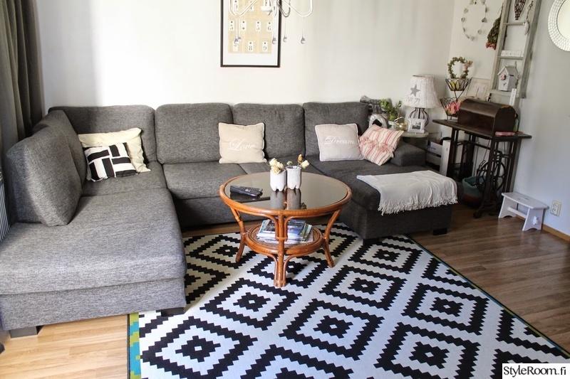 Harmaa sohva maton väri