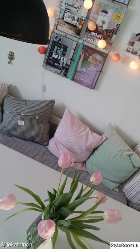keittiö,vaaleanpunainen,kukat,lehtiteline,tulppaanit