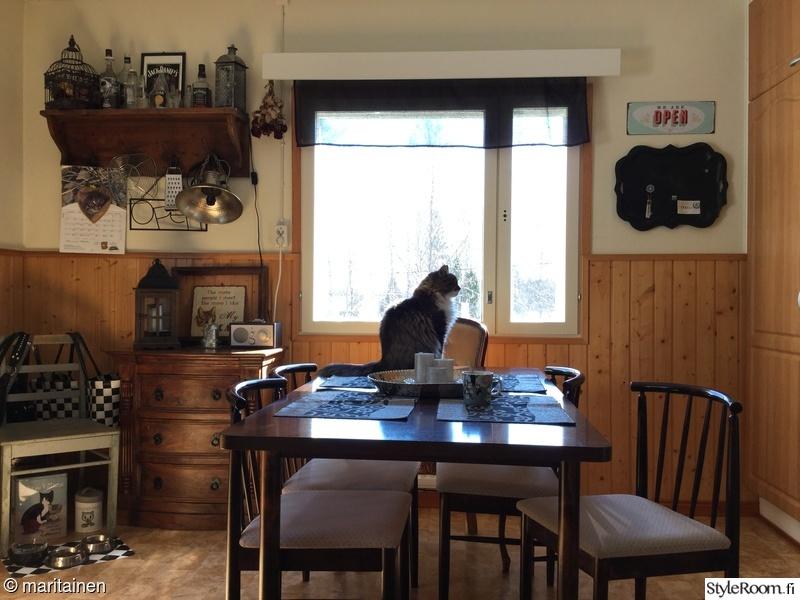 Kuva ruokapöytä  Keittiössä  maritainen