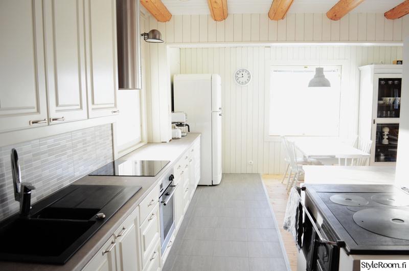 keittiö, valkoista harmaata ja puuta  Sisustuskuvia