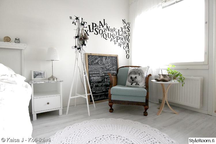 makuuhuone,naulakko,pallovalot,virkattu matto,liitutaulu