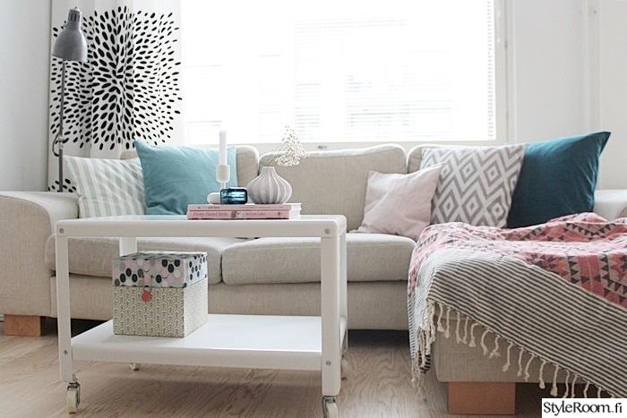 olohuone,vaalea,sohva,rasia,sohvapöytä