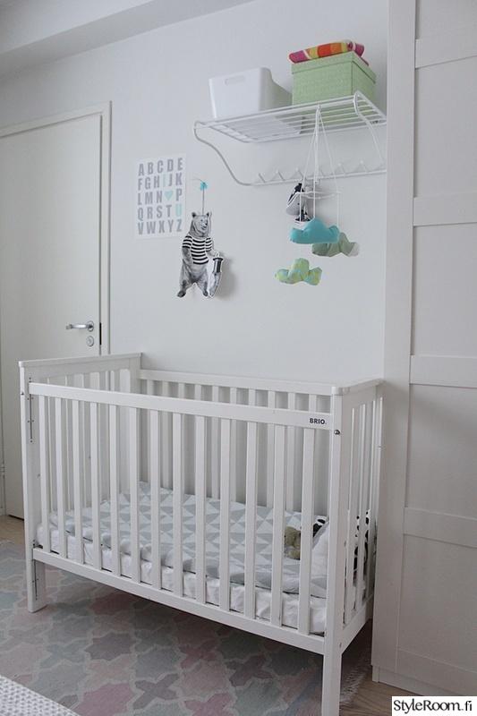 makuuhuone,mobile,pinnasänky,makuuhuoneen matto,vauva
