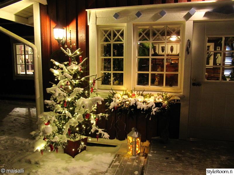 jouluvalot,lyhty,joulukuusi,kuisti,ulko-ovi