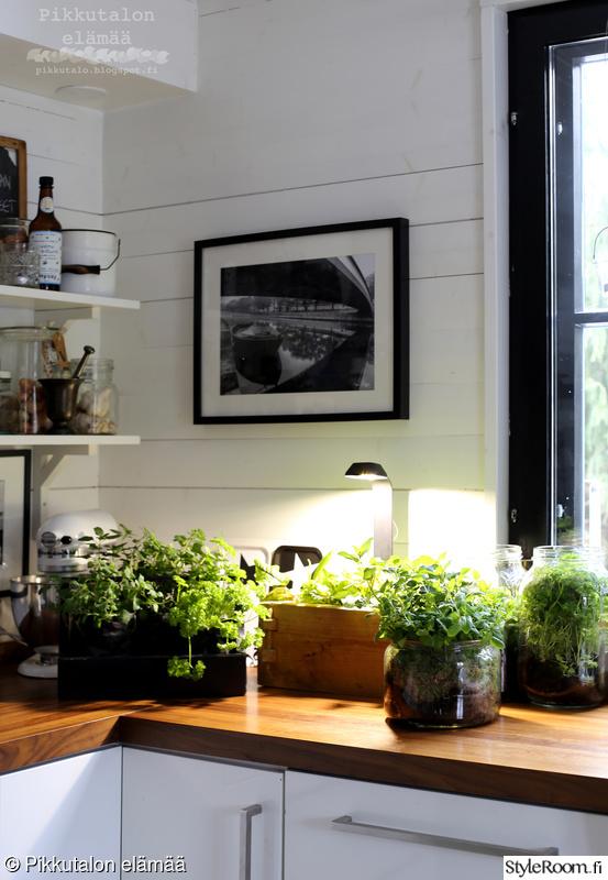 keittiö,lautaseinä,kitchen aid,puutaso keittiössä,yrtit keittiössä
