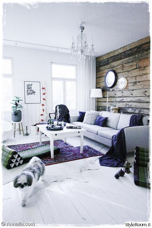 Olohuoneen Sohva : Olohuoneen sisustus,itämainen matto,hirsiseinä,sohva,sohvapöytä