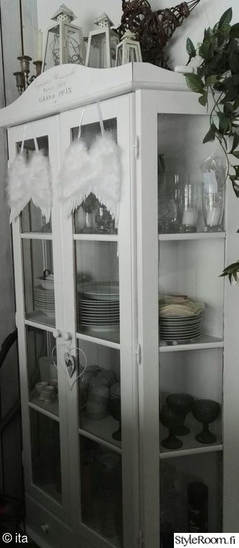 vitriini,astiakaappi,kaappi,lyhty,vaalea sisustus