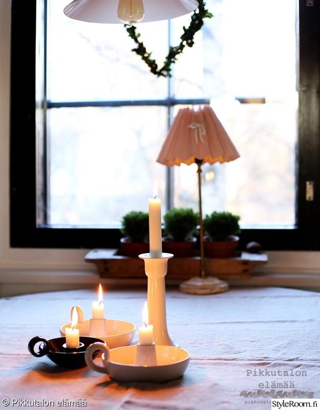 kynttilänjalka,keittiön pöytä,pellavaliina