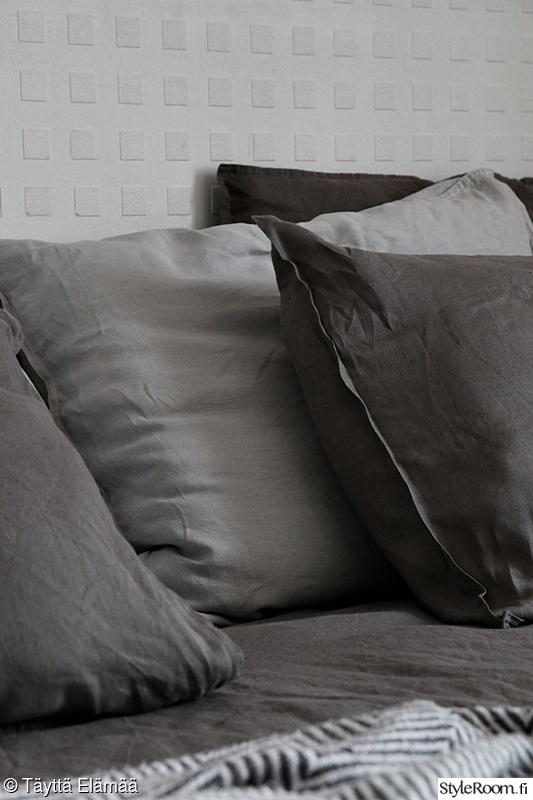 makuuhuone,harmaa,tyynyt,pellavalakanat,koristetyynyt