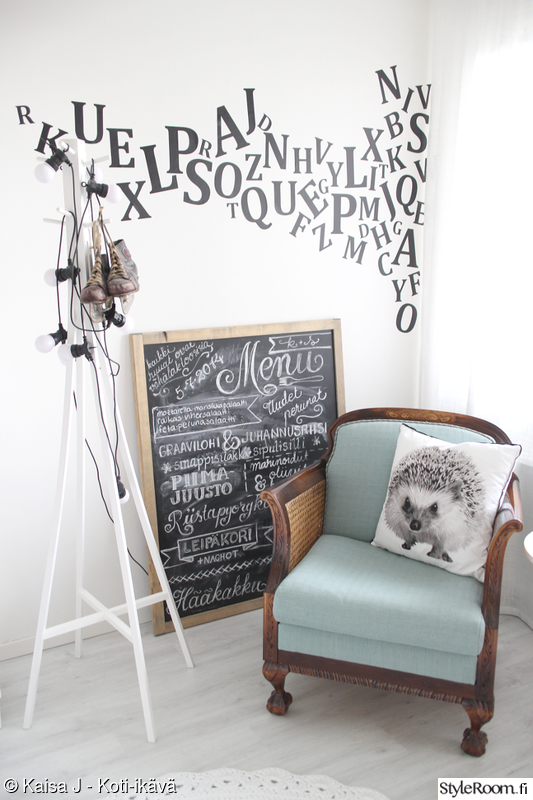 makuuhuone,naulakko,pallovalot,nojatuoli,vanha tuoli