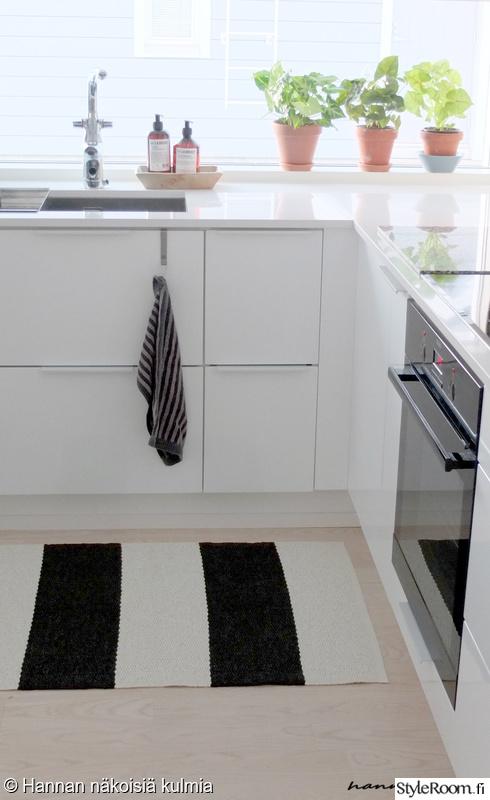 Bild på keittiö  Valkoinen keittiö av nakoisiakulmia