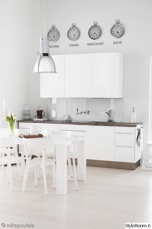 keittiö,valkoinen,ruokapöytä,keittiönkaapit,välitila