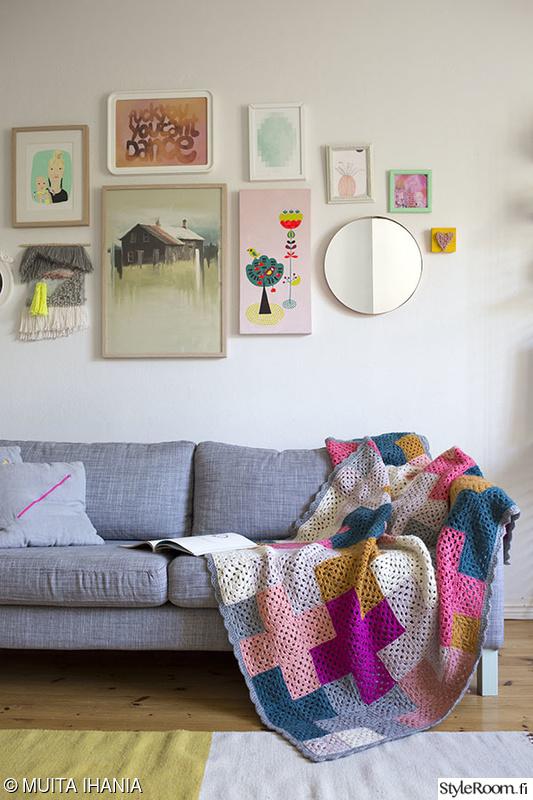 Olohuoneen Sohva : Olohuoneen sisustus,virkattu peite,viltti,sohvatyynyt,olohuoneen matto