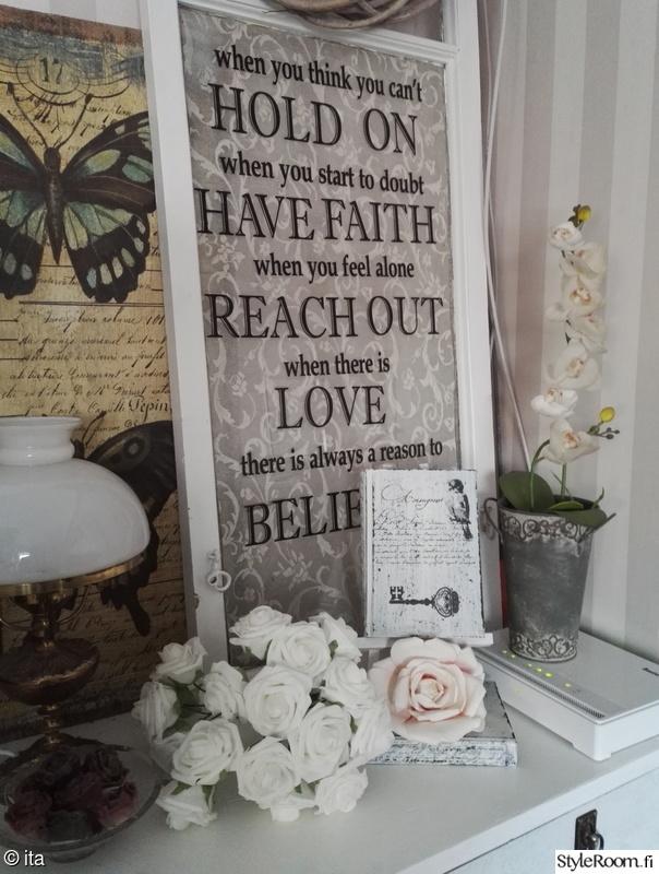 lamppu,olohuone,kukat,romanttinen,pöytälamppu