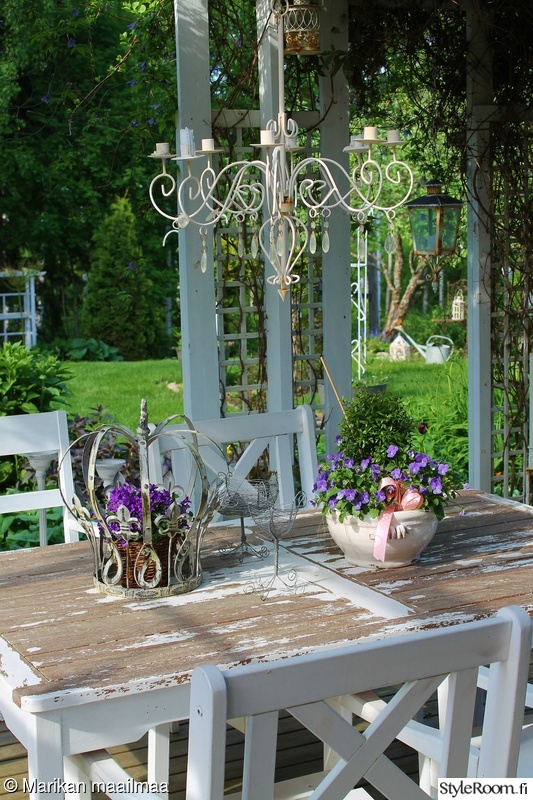 puutarhapöytä,kesäkukat,puutarhakalusteet,puutarhasomiste,vanhat tavarat