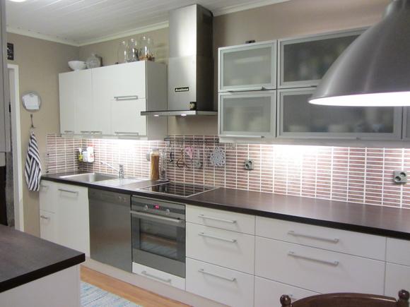 Kiiltävä valkoinen keittiö