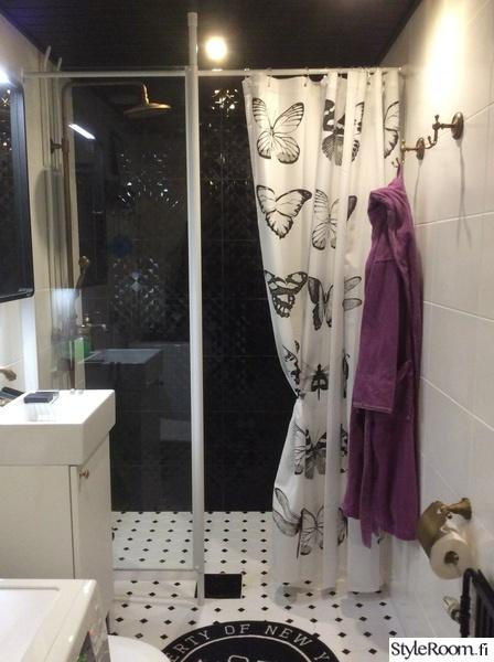 mustavalkoinen kylpyhuone,perhossuihkuverho