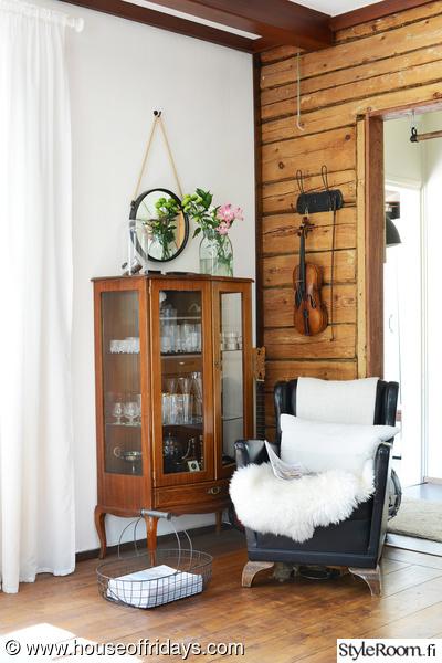olohuone,vintage,puutalo,hirsiseinä,viulu