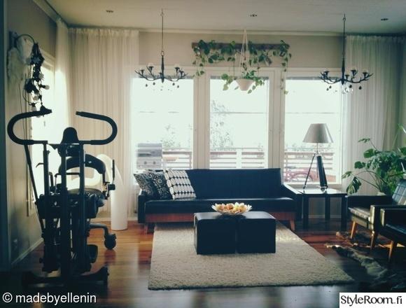 Olohuoneen Sohva : Olohuone,sohva,valkoinen matto,kuntoilulaitteet,sohvapöytä,isot ...